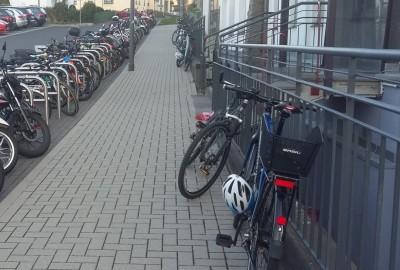 Fahrradparkplatz vor der Schule
